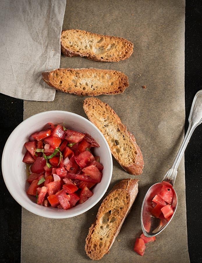Verse tomatensalade met basilicum en toosts royalty-vrije stock foto