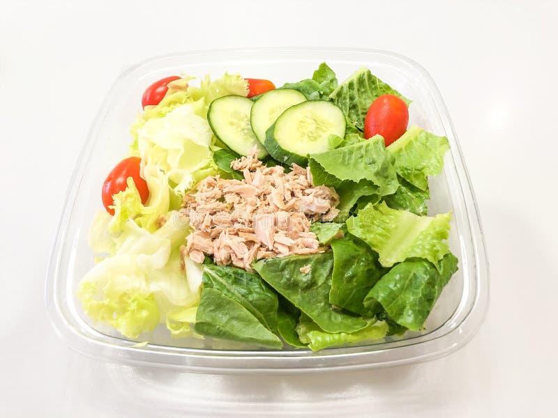 Verse tonijnsalade in container klaar te eten royalty-vrije stock afbeeldingen