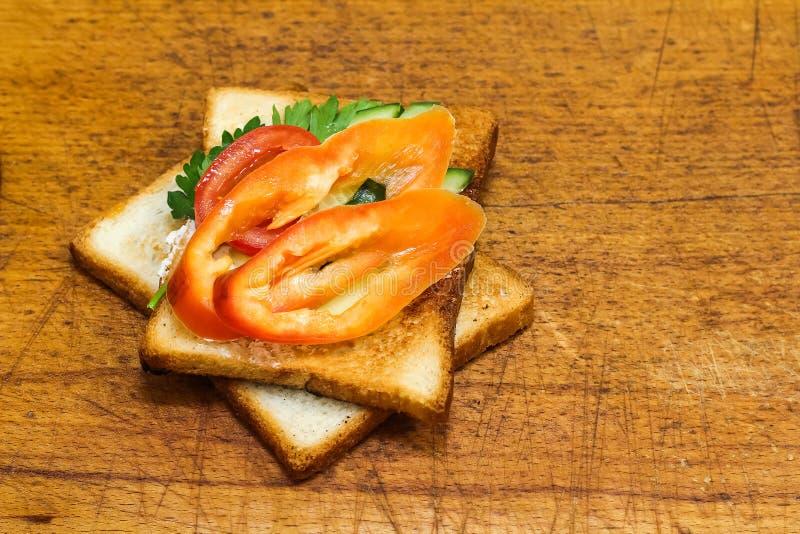 Download Verse Toost Met Thee Op De Lijst In De Ochtend Smakelijk Voedsel Aan Stock Afbeelding - Afbeelding bestaande uit plaat, ochtend: 107700153