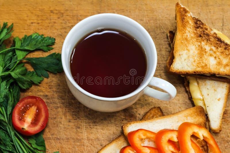 Download Verse Toost Met Thee Op De Lijst In De Ochtend Smakelijk Voedsel Aan Stock Foto - Afbeelding bestaande uit voeding, schotel: 107700398