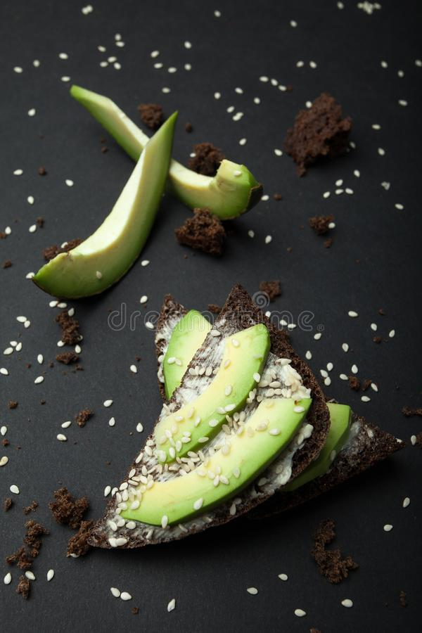 Verse toost van avocado en zwart dieetbrood Een gezond organisch en vegetarisch ontbijt royalty-vrije stock afbeelding