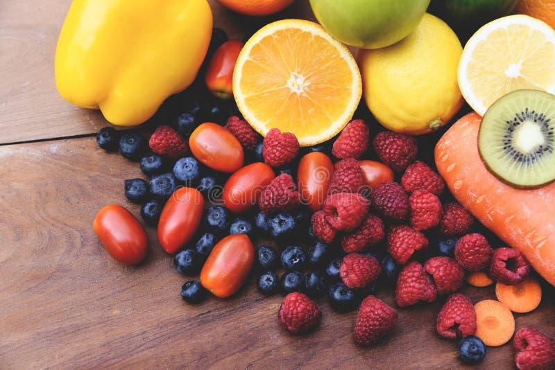 Verse tropische kleurrijke vruchten en het gezonde voedsel van de groentenzomer stock foto