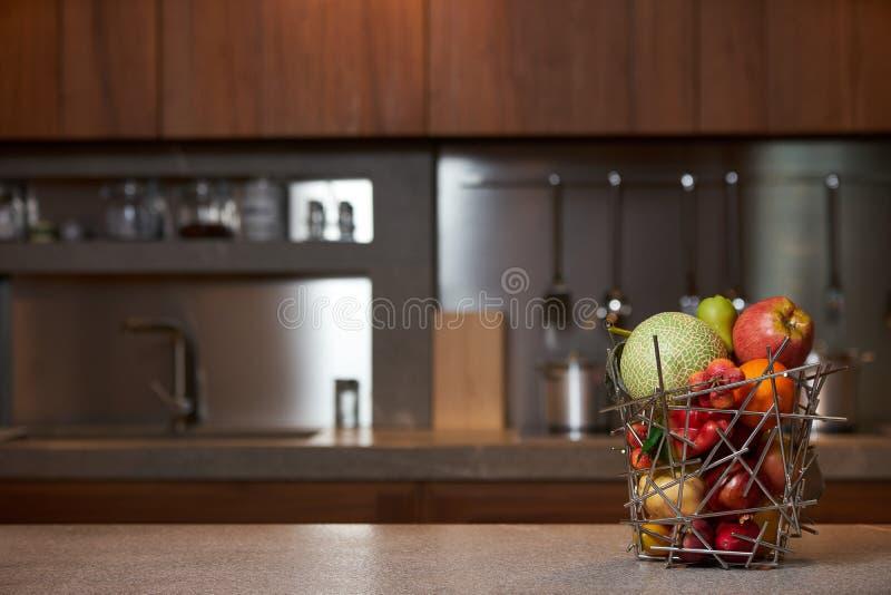 Verse tropische vruchten in abstracte vaas stock afbeelding