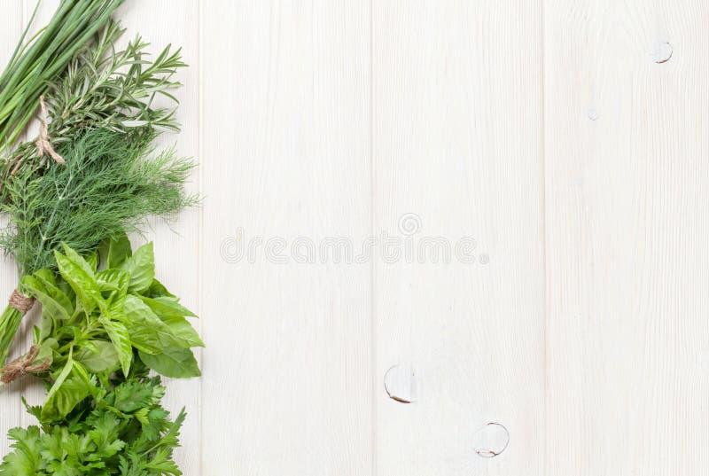 Verse tuinkruiden op houten lijst royalty-vrije stock foto's