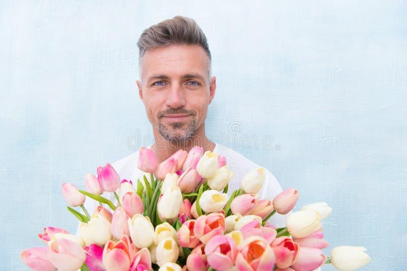 Verse tulpen Gevend haar al beste Valentijnskaartendag en de verjaardag Hoe te romantisch te zijn Romantische heer Rijpe mens stock foto's