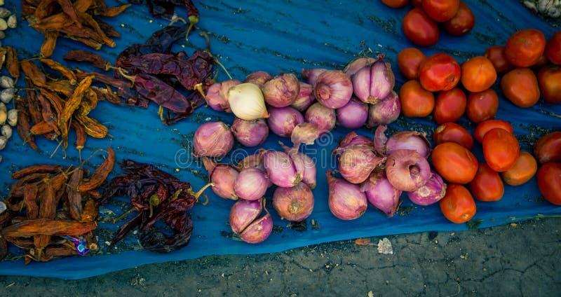 Verse uien en tomatenstraatmarkt stock afbeelding