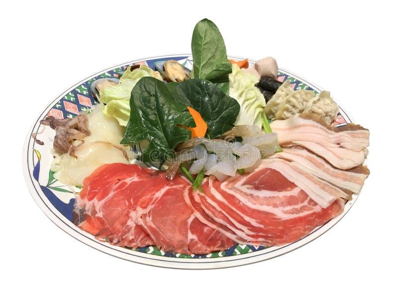 Verse varkensvlees en zeevruchten met groenten voor Japanse sukiyaki stock afbeelding