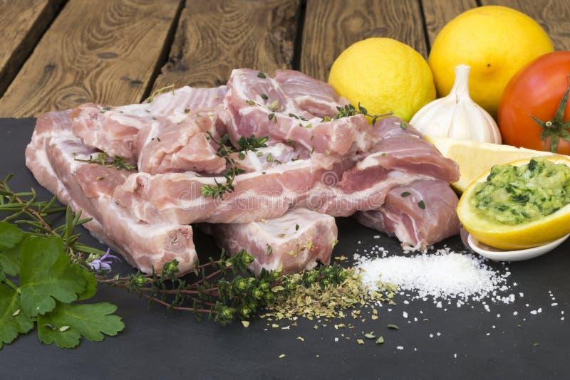 Verse varkensvleesrib met de ingrediënten stock foto