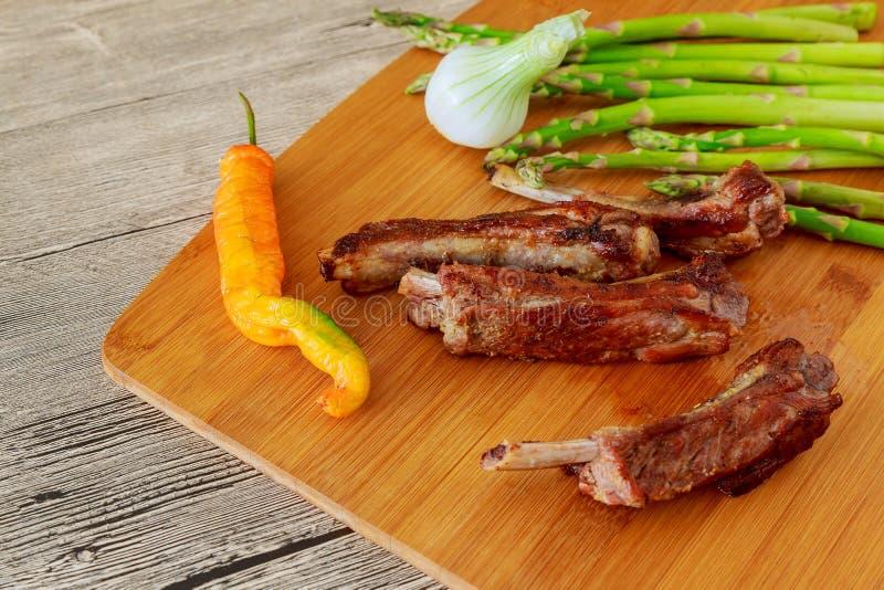 verse verglaasde gebakken grote de ribbrok van het rundvleesvlees onder zoete saus met de peperroze van de tomaten heet Spaanse p stock fotografie