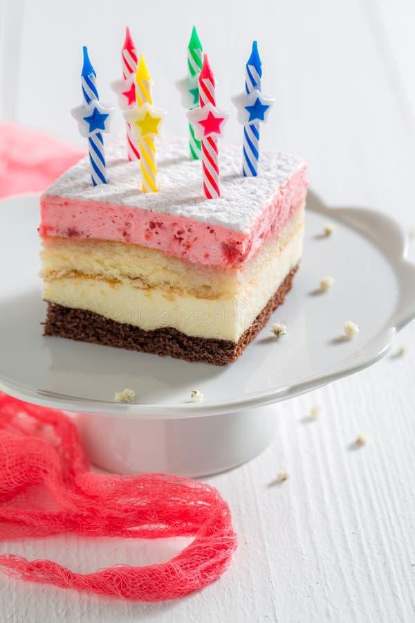 Verse verjaardagscake met aardbei en kaarsen stock foto's
