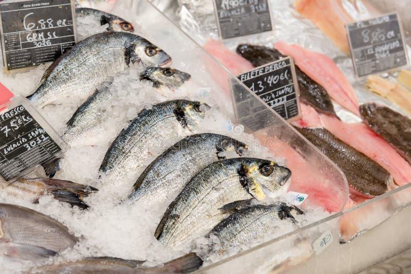 Verse vissen en zeevruchten bij supermarkt stock afbeeldingen
