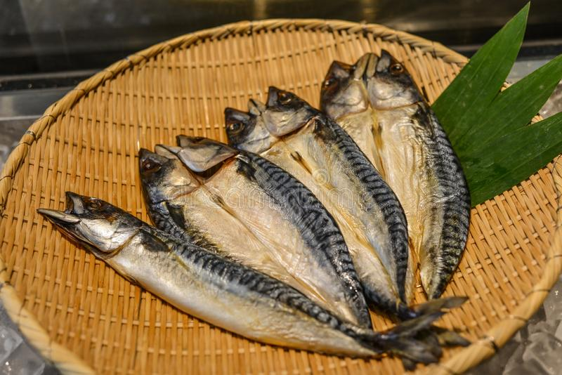 Verse vissen op bamboemand stock afbeeldingen
