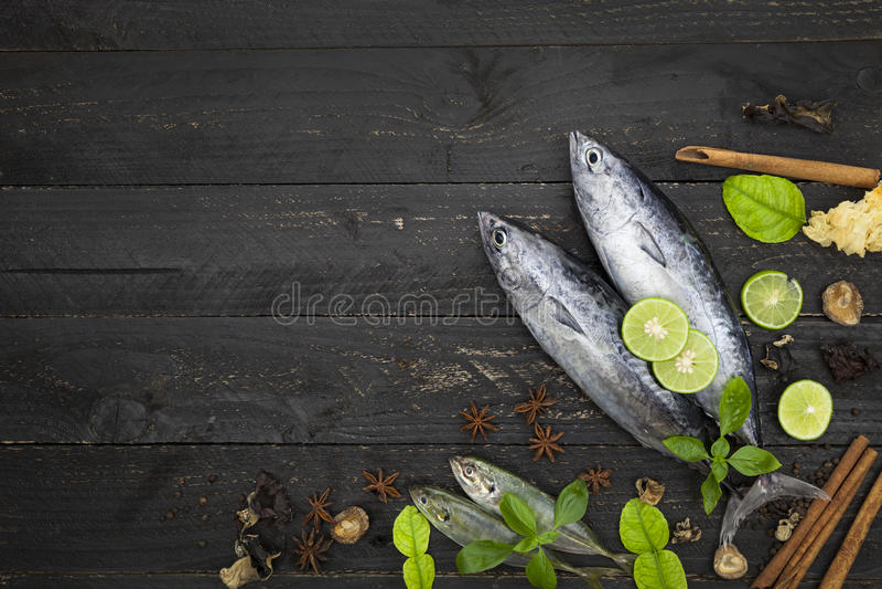 Verse vissen op donkere zwarte achtergrond, Vissen met kruiden en vegeta royalty-vrije stock foto's