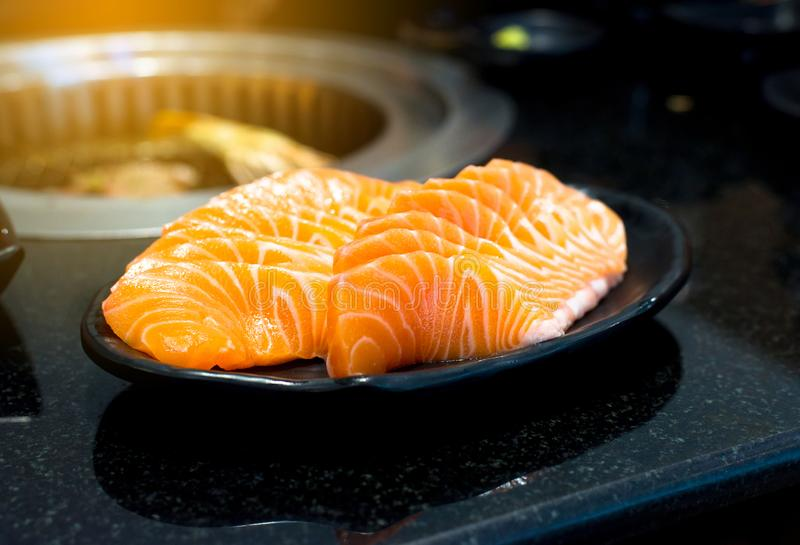 Verse vissen, Ruwe zalmfilet op schotel, Japans voedsel stock foto