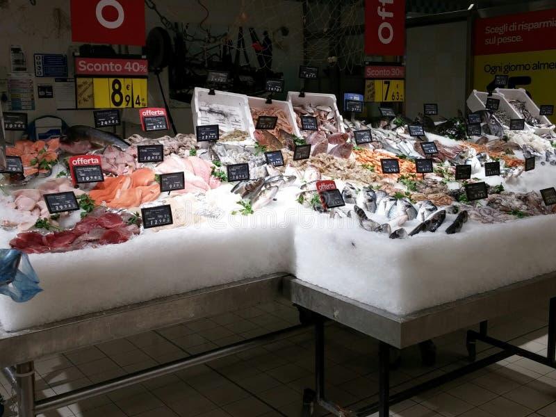 Verse vissen in supermarkt stock afbeelding