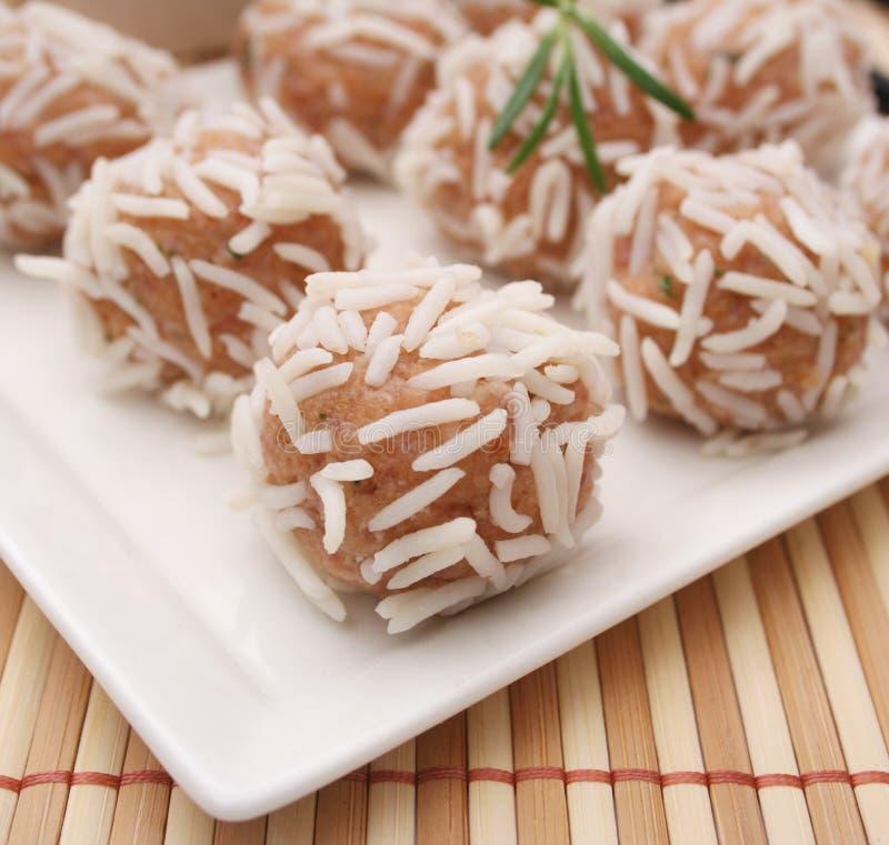 Verse vleesballetjes met rijst stock foto's