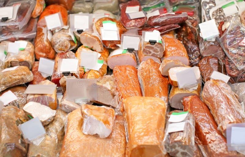 Verse vleeswaren in slagerij stock afbeelding
