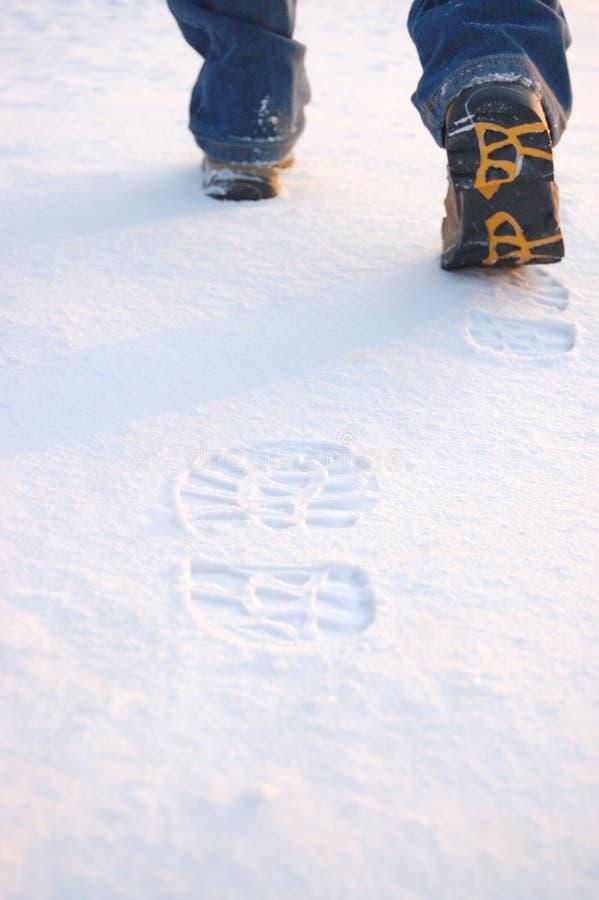 Verse voetafdrukken van mensenlaarzen op sneeuw royalty-vrije stock afbeelding