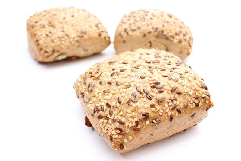 Verse volkorenbroodjes op witte achtergrond stock foto's