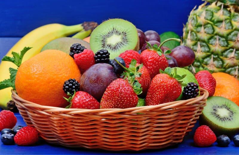 Verse vruchten in een mand royalty-vrije stock afbeelding