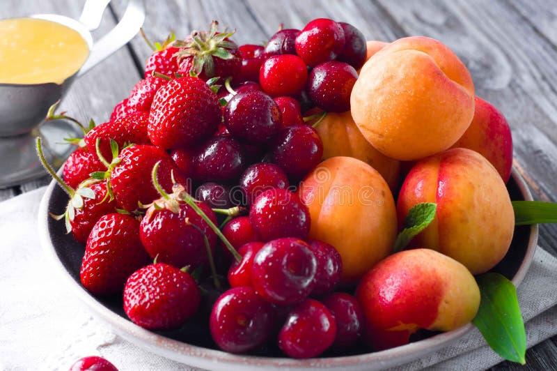 Verse vruchten en bessen royalty-vrije stock afbeeldingen
