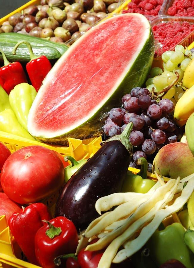 Verse vruchten en groenten bij de markt stock foto's