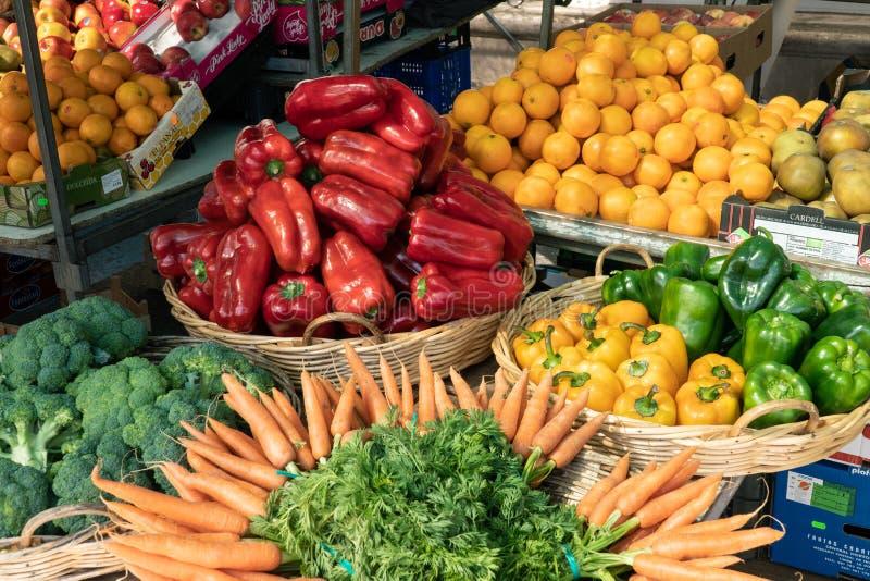 Verse vruchten en groenten bij Spaanse landbouwersmarkt stock fotografie