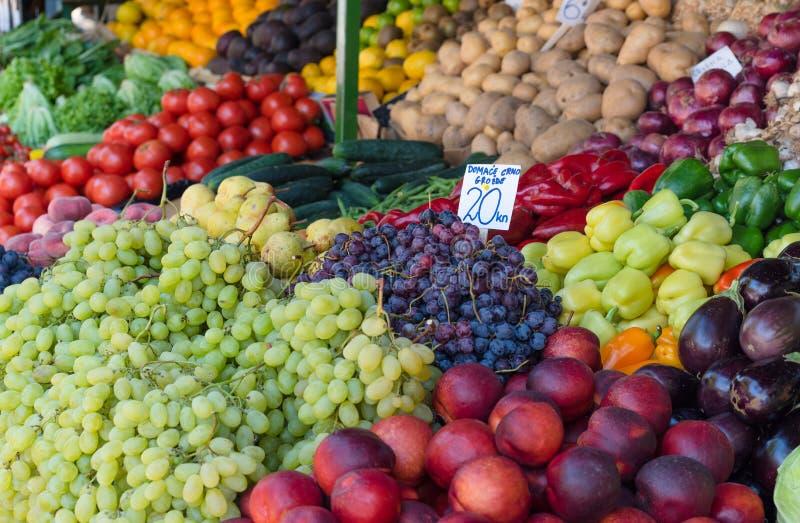 Verse vruchten en groenten in landbouwers` s markt stock afbeeldingen