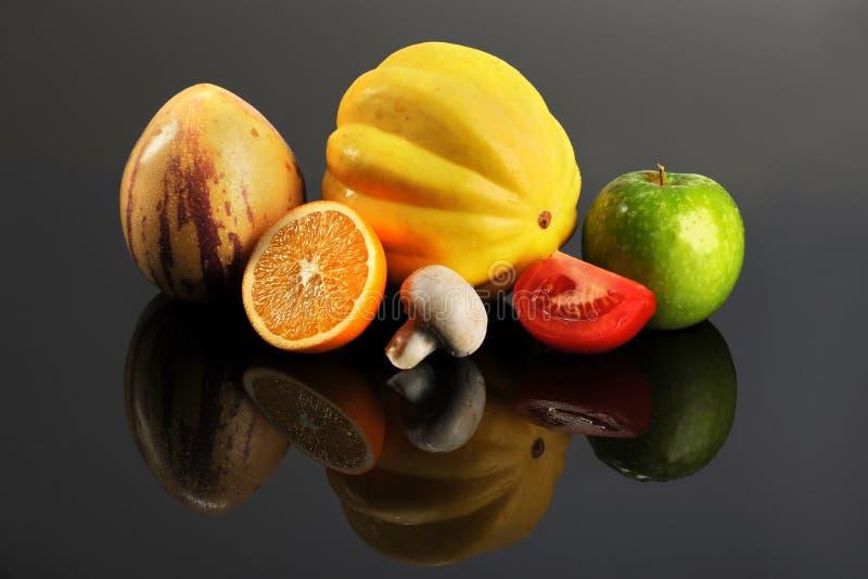 Verse Vruchten en Groenten op Lijst royalty-vrije stock afbeelding