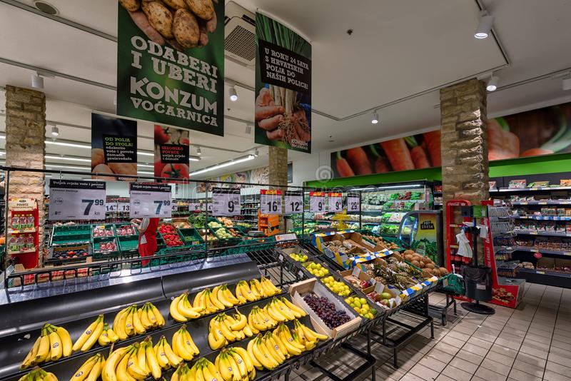 Verse vruchten en groenten in supermarkt royalty-vrije stock fotografie