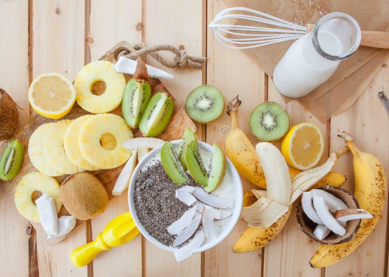 Verse vruchten en kokosmelk royalty-vrije stock fotografie