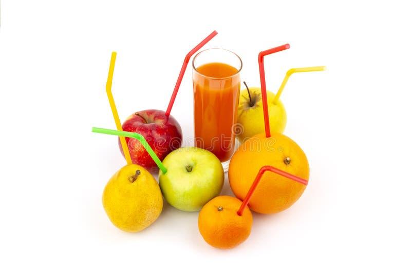 Verse vruchten met van het cocktailstro en glas hoogtepunt van vers sap stock fotografie