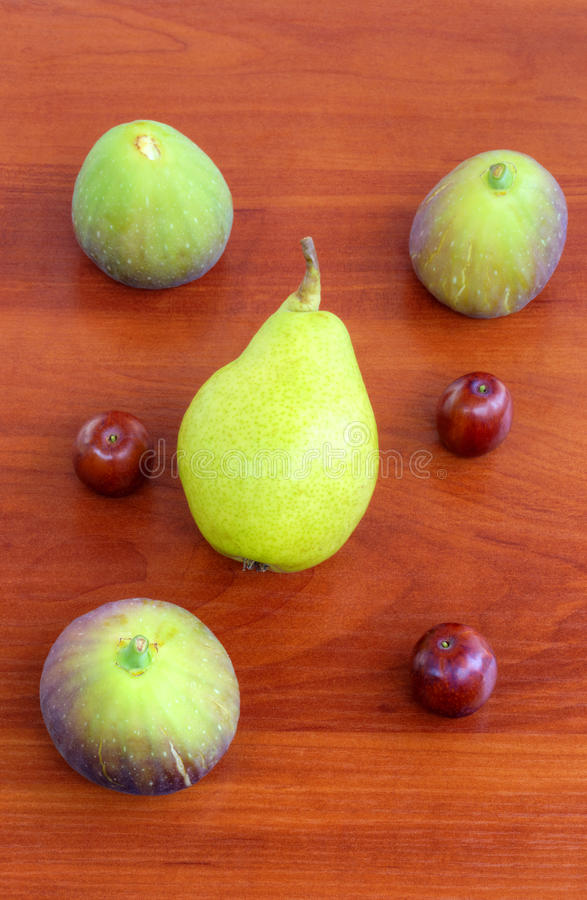 Verse vruchten op houten achtergrond royalty-vrije stock foto's