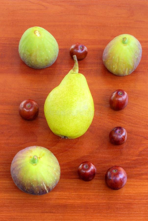 Verse vruchten op houten achtergrond stock foto