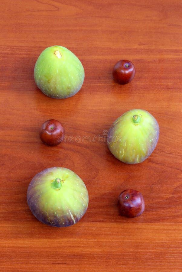 Verse vruchten op houten achtergrond stock foto's