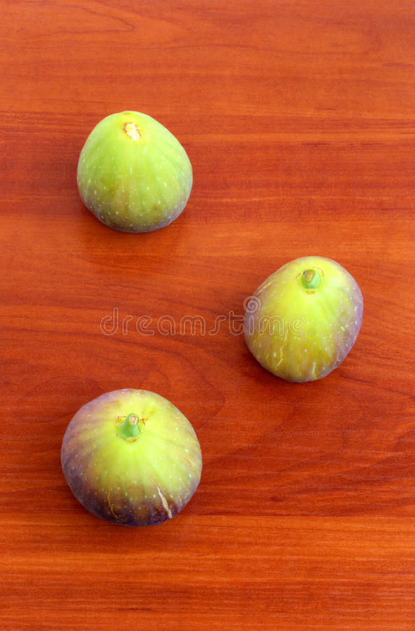 Verse vruchten op houten achtergrond stock afbeelding