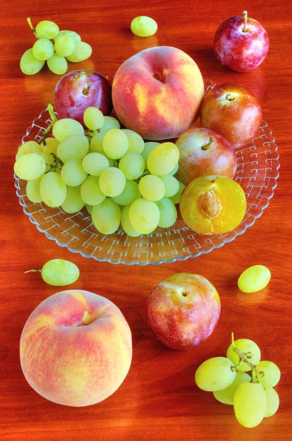 Verse vruchten op lijst royalty-vrije stock fotografie