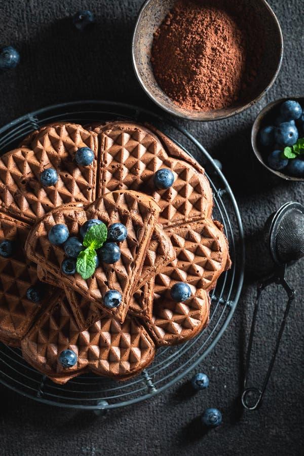 Verse wafels met donkere chocolade en bessen stock foto's