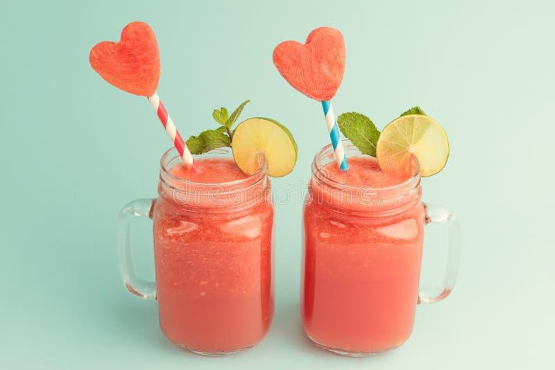 Verse watermeloen smoothie in Metselaarkruiken stock afbeelding