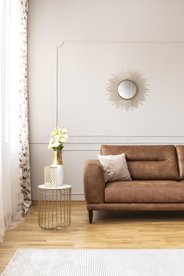 verse witte rozen en glasvaas die door het venster met gordijnen in echte foto van helder woonkamerbinnenland schuren royalty-vrije stock foto
