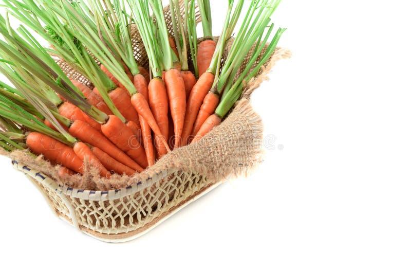 Verse wortel, babywortel in mand stock afbeeldingen