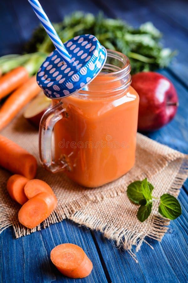 Verse wortel en appel smoothie royalty-vrije stock afbeelding