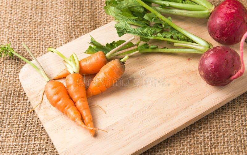 Verse wortel en rode radijs stock foto's