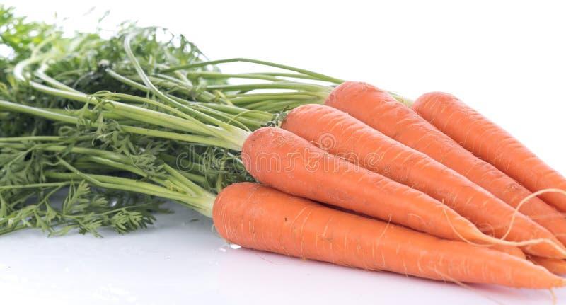 Verse wortelen met bladeren stock afbeeldingen