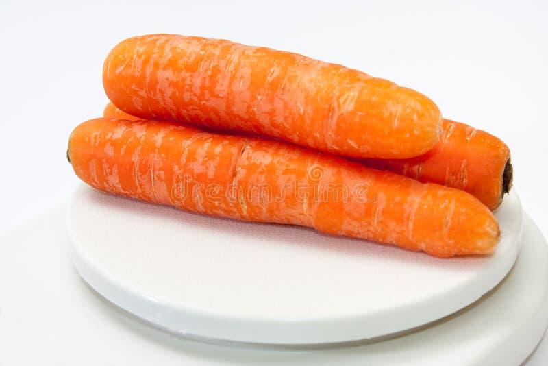Verse wortelen op keuken digitale schaal stock foto