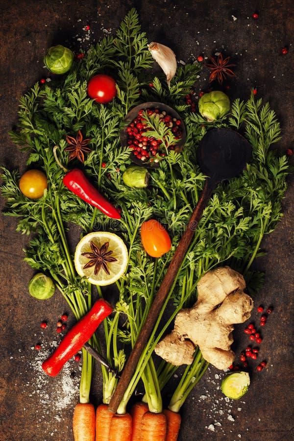 Verse wortelenbos, kruiden en kruiden royalty-vrije stock foto