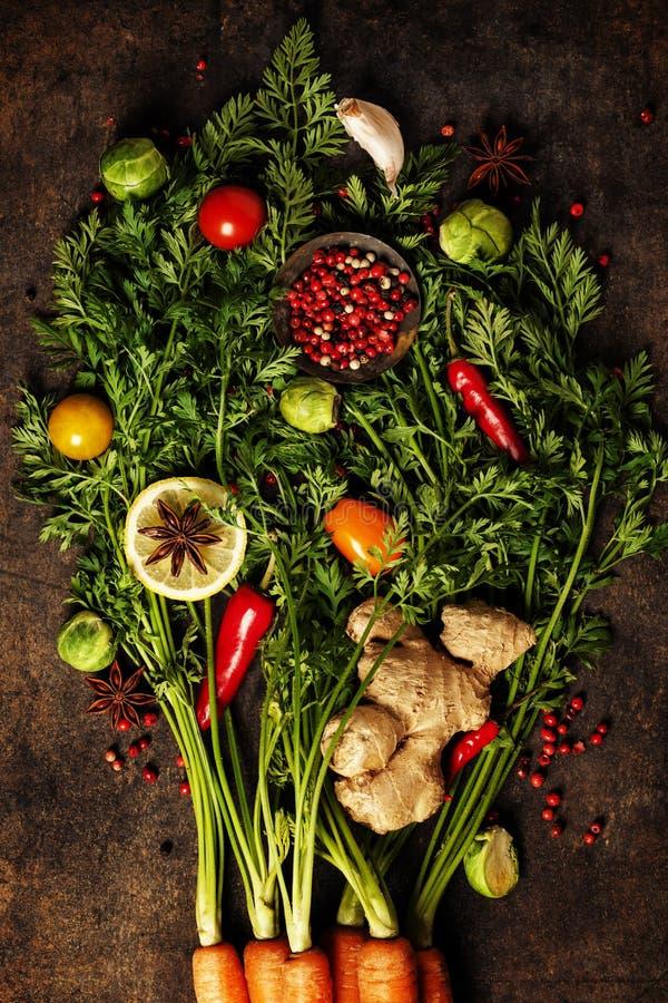 Verse wortelenbos, kruiden en kruiden stock foto's