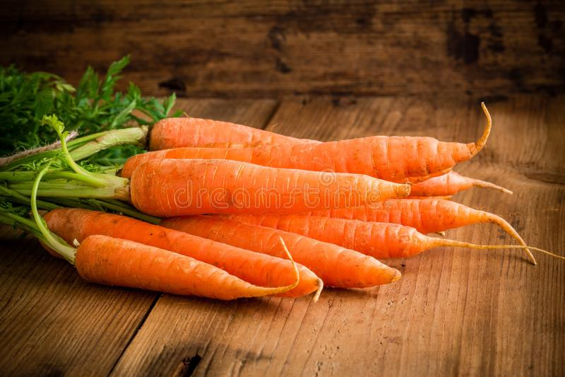 Verse wortelenbos op hout stock foto