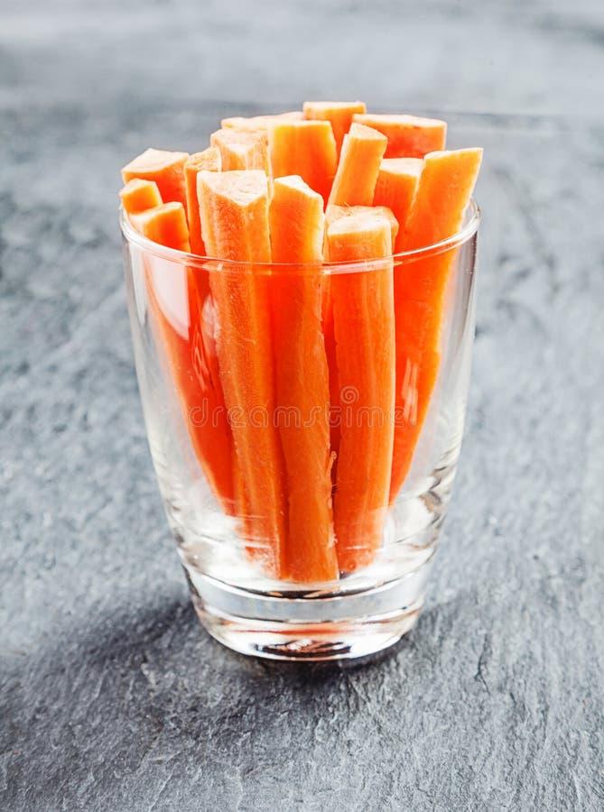 Verse wortelknuppels in een glascontainer royalty-vrije stock afbeeldingen