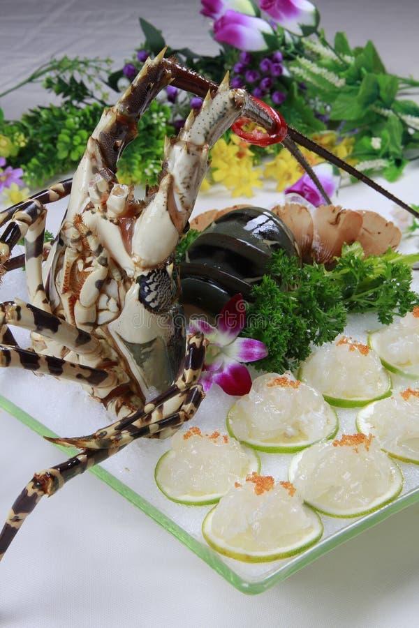 Verse zeekreeftsushi op ijs witte plaat in restaurant stock foto's